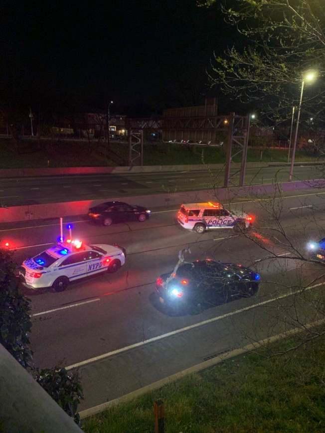 警方在法拉盛白石快速路夾林登坊附近將嫌犯逮捕。(讀者提供)