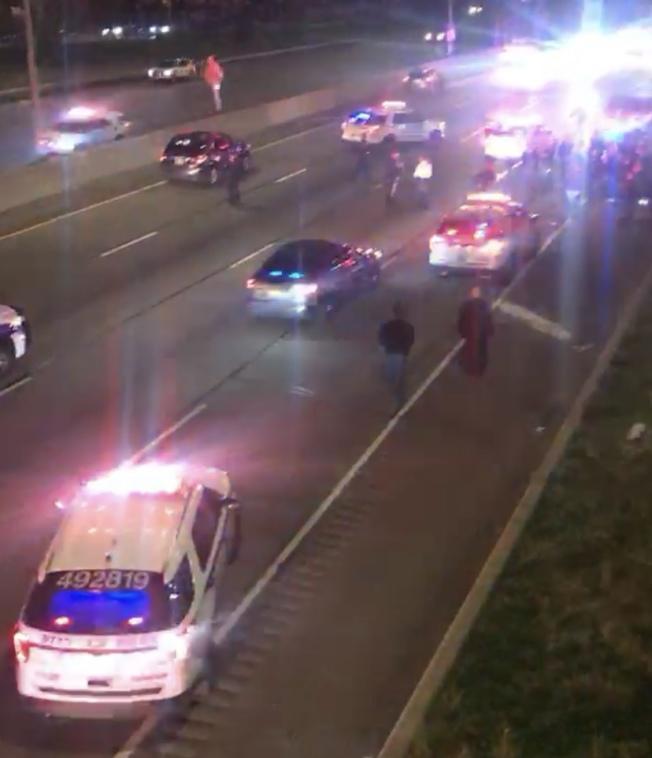 警方在法拉盛白石快速路夾林登坊附近將嫌犯逮捕。(Citizen視頻截圖)