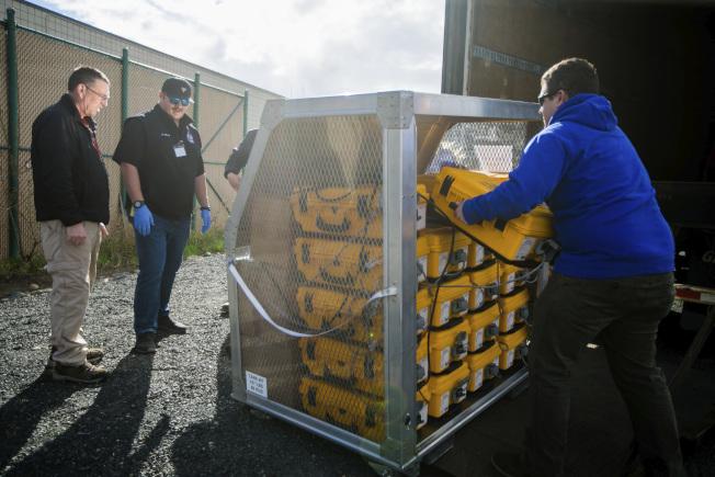 華盛頓州急難當局人員日前驗收運抵該州的呼吸器。(美聯社)