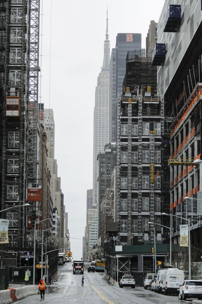 新冠病毒疫情蔓延,昔日車水馬龍的曼哈頓中心34街帝國大廈附近,有如空城。(美聯社)