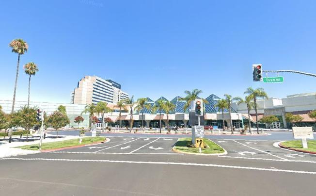 聖他克拉拉會議中心已改裝為可容納250名病患的臨時醫院,5日接受第一批症狀較不急的確診者,進入會場治療。(翻攝自Google Map)