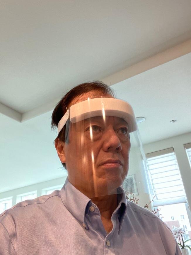 醫師王彥邦也試用學生製作的面罩。(當事人提供)