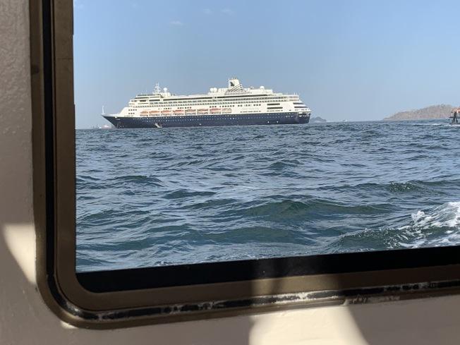 因為出現確診情況,荷美郵輪公司 (Holland America Line)的郵輪在海上漂泊18天時間。(許行供圖)