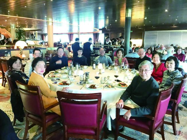 3月22日,郵輪補給物資後,許行(前排右邊戴眼鏡黑衣男士)和太太陶家瑤(第二排右邊戴眼鏡女士)等人的餐飲很豐富,他們還合影留念。