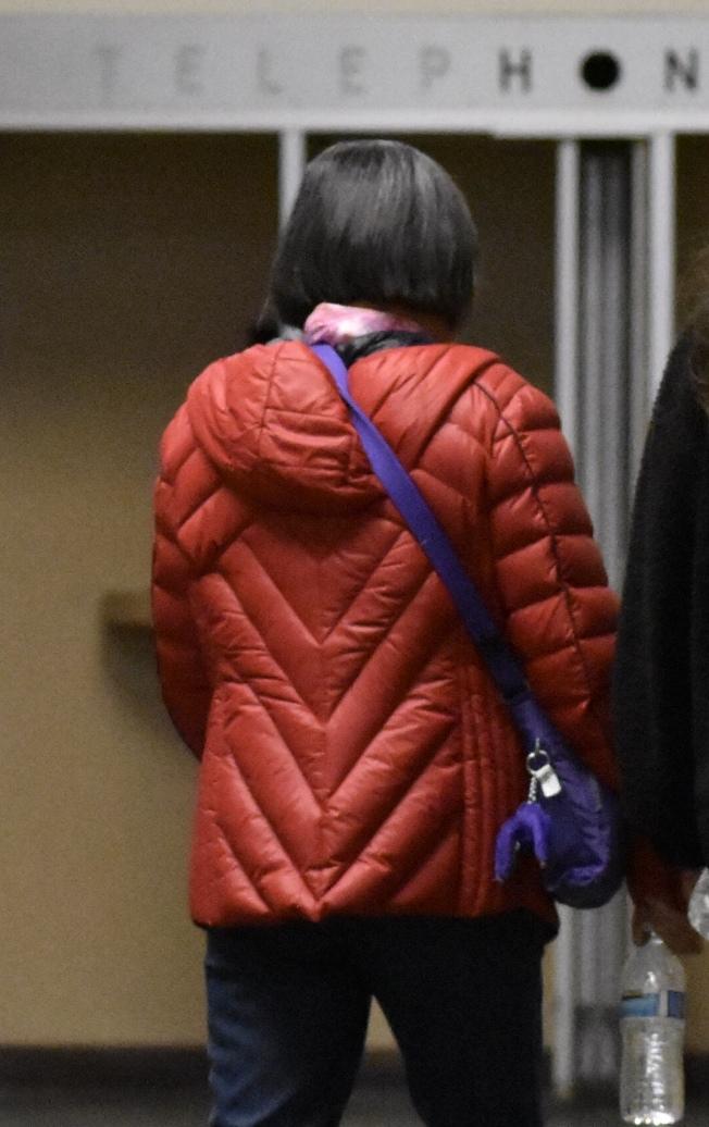 被騙20萬元財物的華婦去年10月為初審到庭作證。(本報檔案照片,記者李秀蘭攝影)