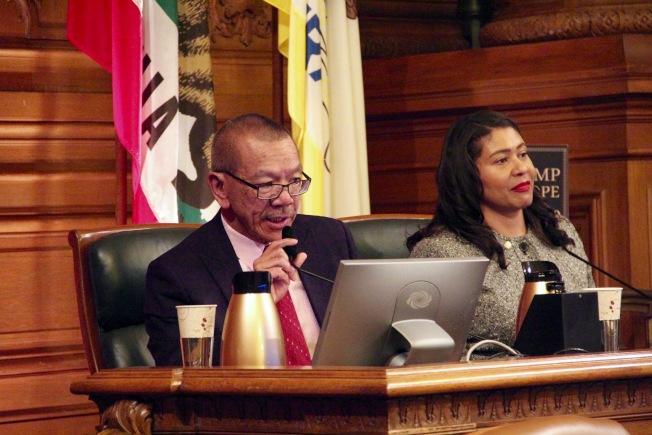 市議長余鼎昂(左)提出緊急提案延後房產稅提交期限至5月4日。(記者李晗 / 攝影)