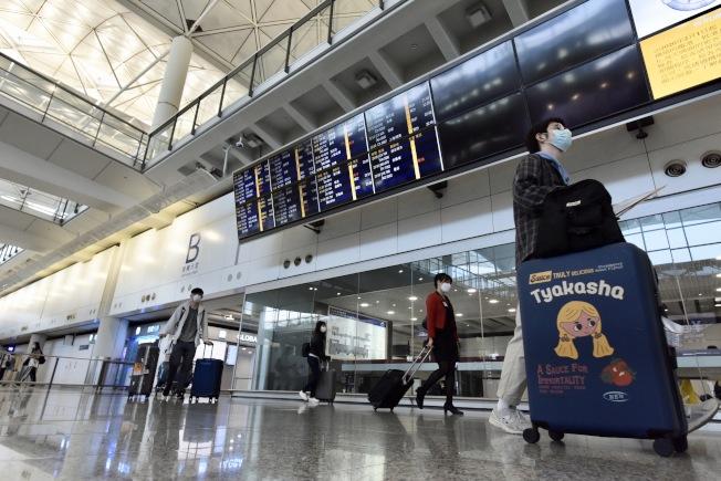 香港5日起試行機場入境全檢測,圖為國際機場有旅客步出接機大堂。(中新社資料照片)