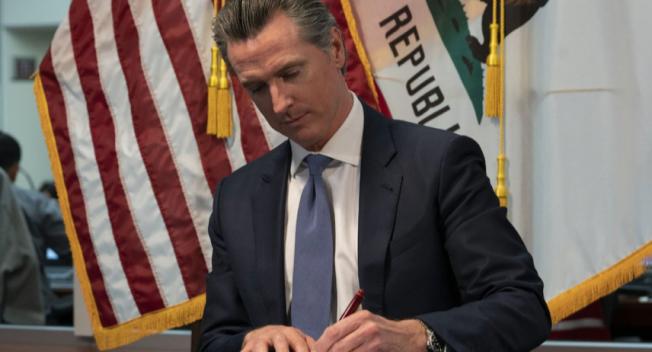 州長紐森周末期間簽署多項抗疫紓困行政命令。(州長辦公室)