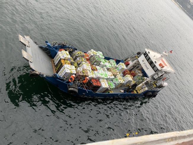 有船隻在海上給染病郵輪供應缺乏的物資。(許行供圖)