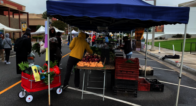 阿罕布拉市農夫市場5日如期舉行。(記者陳開/攝影)