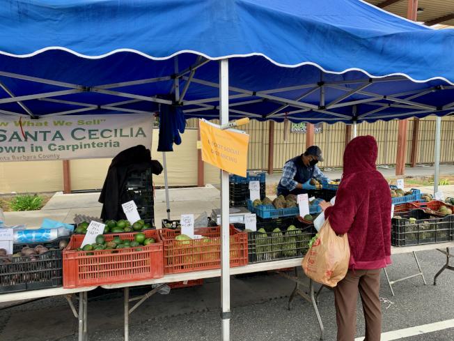 阿罕布拉市農夫市場5日如期舉行。商家在顯眼位置提醒民眾保持六呎的社交距離。(記者陳開/攝影)