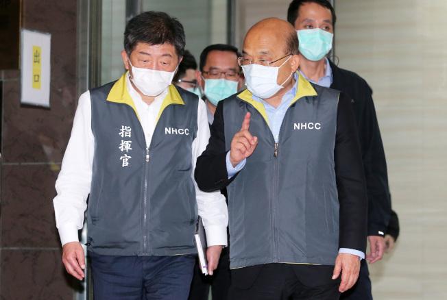行政院長蘇貞昌(右)5日視察中央流行疫情指揮中心時,與指揮官陳時中(左)交換意見,這是蘇院長首次公開戴上口罩。(記者胡經周/攝影)