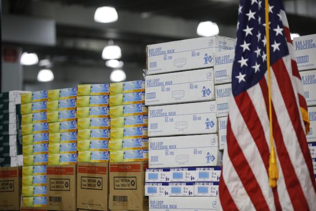 美企在中國製造防疫用品,但中國卻禁止出口,現在美國考慮採取法律行動。(美聯社)