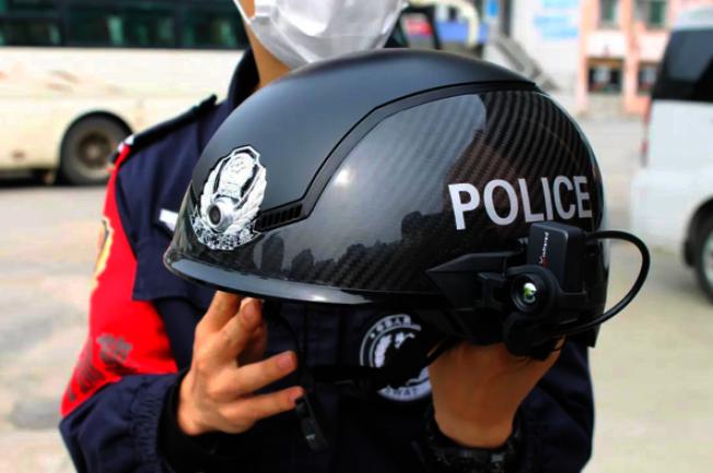 智慧型頭盔可掃描人群,若發現體溫超過37.3度,頭盔立刻發出警報。(秒拍影音)