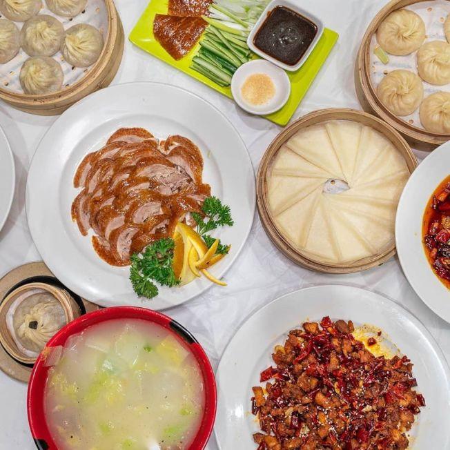 「錦和鴨包」招牌北京烤鴨和11種小籠湯包。(錦和餐廳臉書)