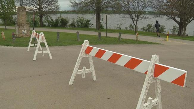 白石湖公園馬路被封,只看見一名男子在慢跑。(FOX4電視台)