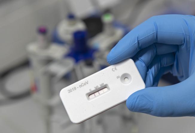 英國政府訂購的上千萬個新冠病毒抗體檢測試劑可能不可靠。圖為新冠病毒抗體試劑示意圖,並非英國訂購的試劑。(美聯社)