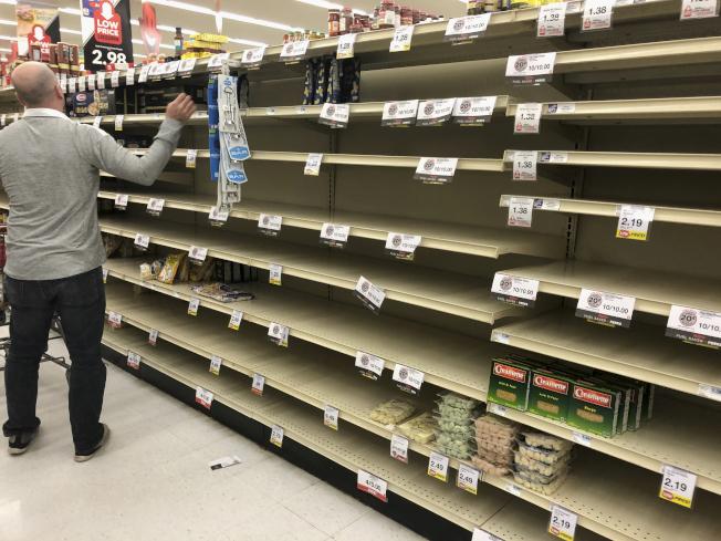 超市員工每天面對人群,被感染新冠病毒風險相對高。圖為內布拉斯加州奧馬哈的一家超市員工正在補充貨物上架。(美聯社)