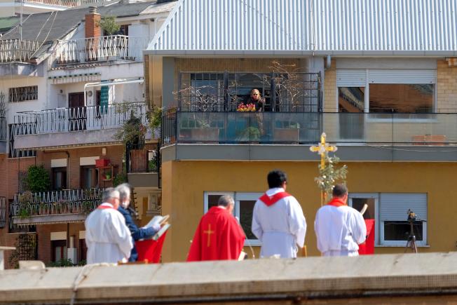 歐陸的西班牙與義大利冠病毒疫情似打緩和跡象。圖為羅馬附近的神父5日正在紀念基督苦難日。(美聯社)