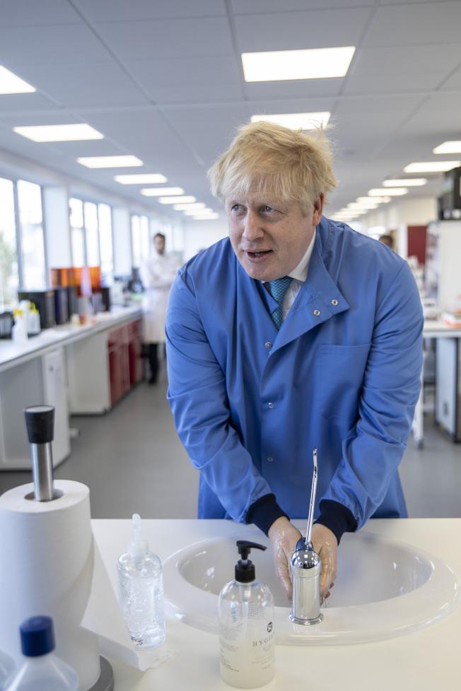 英國首相強生10天前確診感染新冠肺炎,在家中展開自主隔離,但發燒持續不退,首相發言人5日晚表示,為預防起見,強生已經被送往醫院接受檢查。圖為強生上月日視察一家生物實驗室時洗手表示注意衛生。(美聯社)
