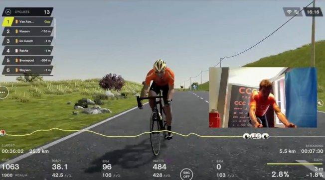 伴隨路邊廣告和虛擬觀眾揮舞著國旗,法蘭德斯巡迴賽的虛擬直播在比利時電視台以及YouTube上進行直播解說,並提供了與所有參賽車手即時連線的畫面。它甚至涵蓋了現實比賽267.2公里路線的最後三段爬坡路段,相當寫實。(路透)
