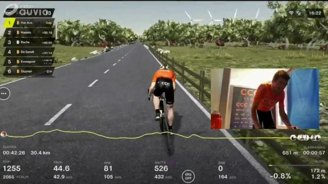 比利時著名的環法法蘭德斯自行車賽今年受到新冠病毒肆虐而延期,5日以VR虛擬實境進行比賽,由13名自行車騎士騎著固定的自行車並與遊戲畫面中的人物連動,成功完成這場自行車賽。(路透)