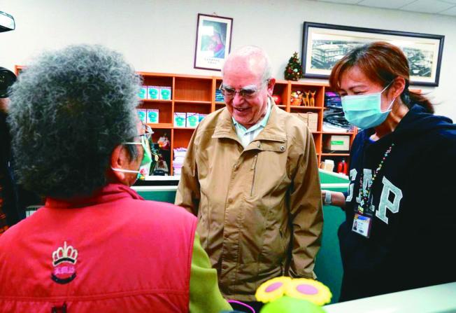 義大利疫情嚴重,義籍神父呂若瑟(中)請求台灣人救救義大利,癌末病人、賣菜阿嬤(左)都來捐款。(記者戴永華/攝影)
