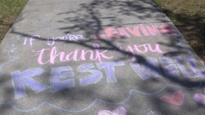 匿名民眾在紐奧良醫院人行道上塗鴉,寫到「如果你正要離開,謝謝你......好好休息」,感謝醫療人員在新冠肺炎疫情期間的辛苦付出。美聯社