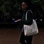 不滿限購貨品 女子用消潔劑噴店員