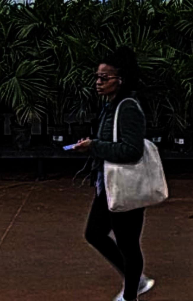 Leicester警局公告用清潔噴劑攻擊店員的女子照片,籲民眾協助尋人。(Leicester警局臉書)