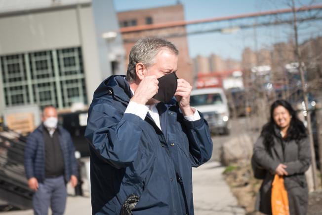 白思豪訪問防護用品臨時工廠。(市長辦公室提供)