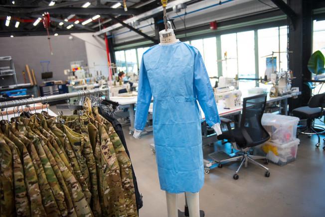 紐約當地工廠組合成臨時生產線,生產醫用防護服等防護物資。(市長辦公室提供)