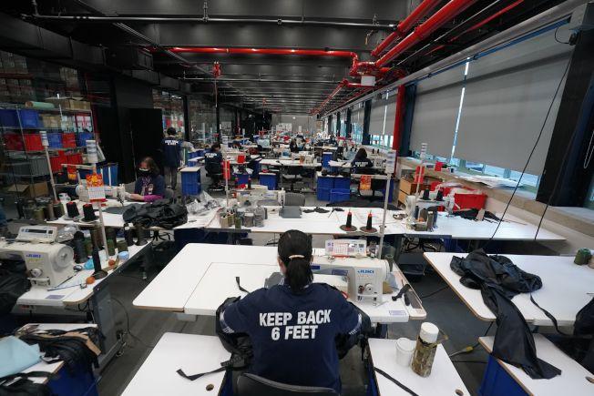 位於紐約的布魯克林海軍造船廠(Brooklyn Navy Yard),目前成為企業緊急生產醫療防護物資的臨時工廠。(Getty Images)
