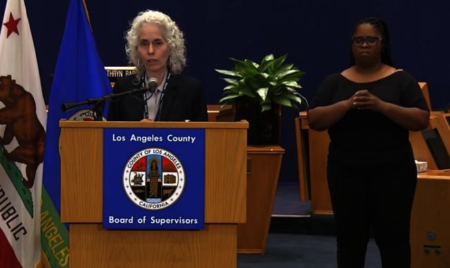 洛杉磯縣公共衛生局長費若(Barbara Ferrer)籲請民眾加倍保持社交距離,並關懷留意鄰居及朋友。(截圖自洛縣政府臉書)
