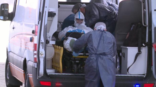澳洲一艘載有超過200名乘員的郵輪受困這個南美洲國家外海,船上有超過80名乘客和船員確診感染新冠肺炎。圖為救護車搭載病況「有生命危險」的乘客送往醫院。Getty Images