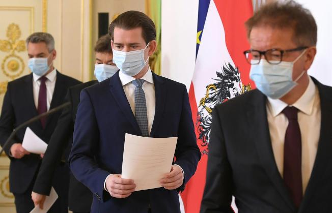 奧地利和丹麥6日成為封城後,第一批宣布具體計畫、重新開放社會的歐洲國家。圖中為奧地利總理庫爾茲(右二)率內閣成員舉行記者會。美聯社