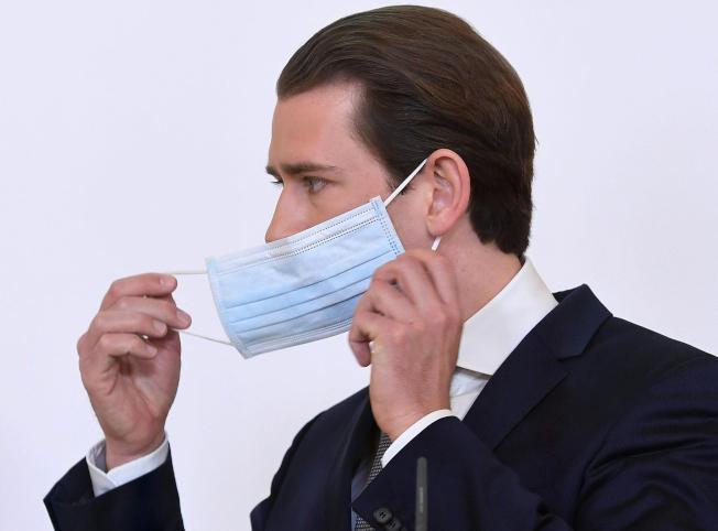 奧地利和丹麥6日成為封城後,第一批宣布具體計畫、重新開放社會的歐洲國家。圖為奧地利總理庫爾茲在記者會上摘下淡藍色口罩發言。美聯社