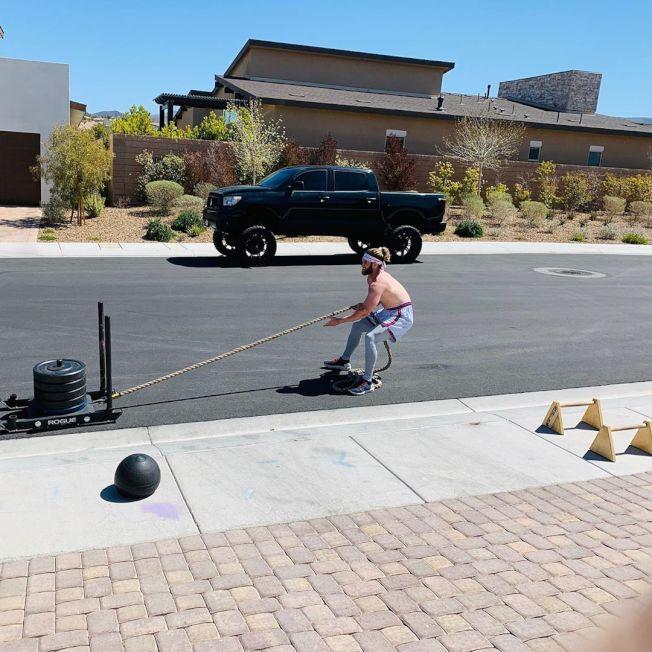 大聯盟春訓暫停,費城人球星哈波在家門外馬路邊進行重量訓練。 圖/取自bryceharper3 IG