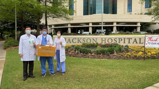 傑克遜醫院的三位華裔醫生代表醫院接受「阿州中區華僑協會」捐贈的防護口罩。