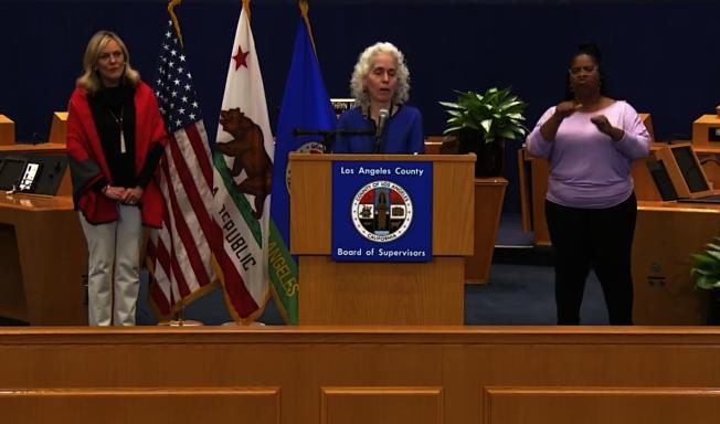 洛杉磯縣公共衛生局長費若(Barbara Ferrer)預測洛縣尚有許多「沒有症狀」的感染者,接下來兩周是疫情關鍵期,籲請大眾盡可能待在家中。(截圖自洛縣政府臉書)