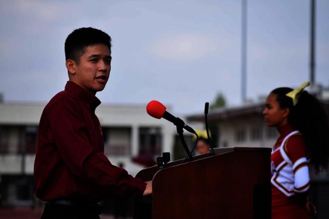 Braden Wong在亞凱迪亞高中校園集會上演講。(Braden Wong提供)