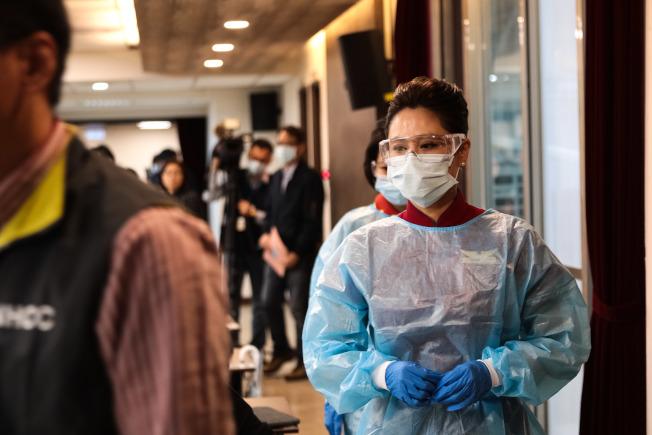 機艙染病風險極高,為避免感染,指揮中心要求空服員長程班機須穿上防護裝備。在空姐記者會示範兩天後,華航紐約班機出現9例確診。(圖:中央流行疫情指揮中心提供)