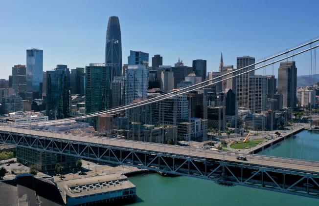 新冠病毒重創灣區,平時繁忙的舊金山─屋崙海灣大橋如今幾乎空無一車,僅有巡邏車駛過。(Getty Images)