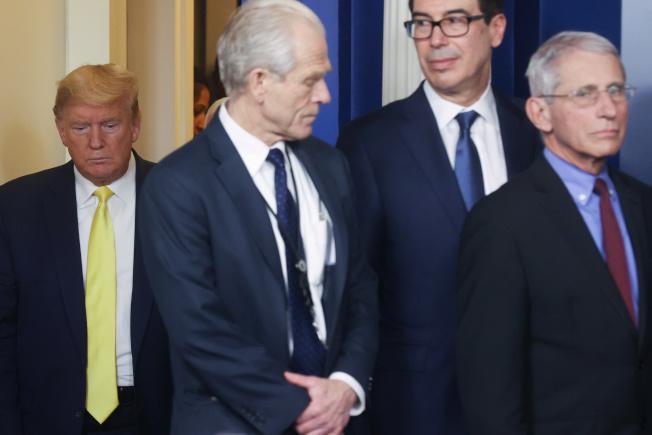 白宮貿易顧問納瓦羅(左二)支持使用羥氯奎寧來治療新冠肺炎病人,但佛奇博士(右)強烈反對,認為沒有足夠科學臨床證據支持。而川普總統也傾向支持使用。圖為川普(左起)、納瓦羅、財政部長米努勤與佛奇,上月3日出席白宮疫情記者會。(路透)