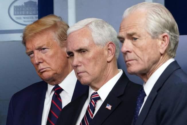 白宮貿易顧問納瓦羅(右)支持使用羥氯奎寧來治療新冠肺炎病人。川普總統(左)也傾向支持,中為疫情總指揮副總統潘斯。(Getty Images)