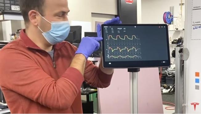 Tesla工程師展示用Model 3顯示幕為零件製成的原型呼吸器。(Tesla提供)