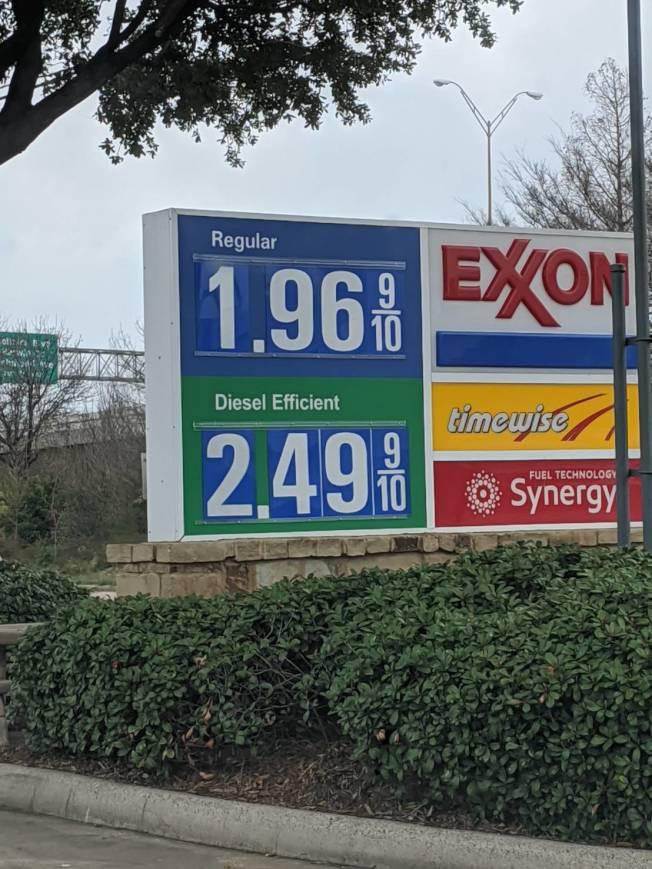 德州汽油價格每加侖比一個月前低40.2分,比一年前更低了78.7分。圖為8號公路附近的Exxon加油站,數月前油價每加侖1.96元。(本報資料照片)