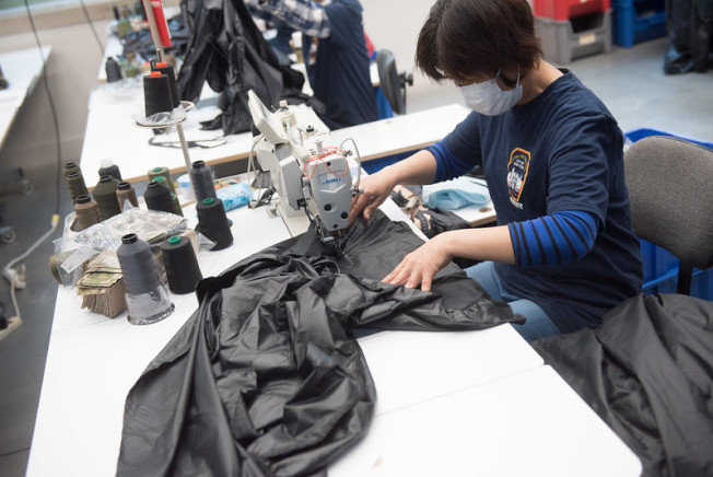 華人工人正在緊急生產醫用防護服。(市長辦公室提供)