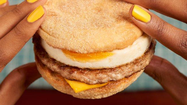 麥當勞的豬肉滿福堡加蛋,是店內早餐的人氣產品之一。取材自推特