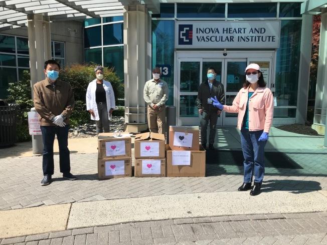 大華府華人自發組織為各社區醫院、消防局、警局等一線工作者捐物資。(華府互助群提供)